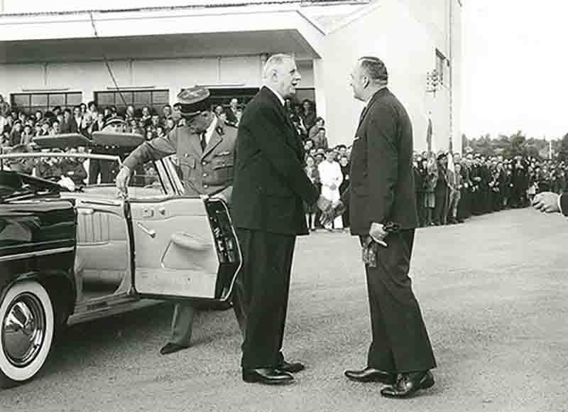 Le general de gaulle recu par auguste grandin en 1960