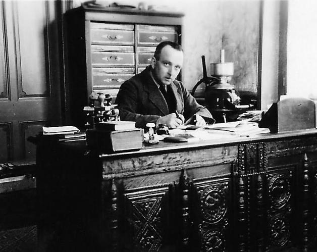 Pierre vautier en 1945 au bureau de la fromagerie